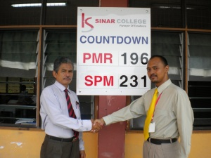 Kolej Sinar Contributes SPM Countdown Board to SMK Jasin. With  the Principal.
