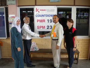 Kolej Sinar sponsors SMK Dato Dol Said. Photo with En Yusof.