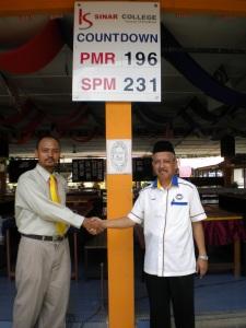 Kolej Sinar Sponsors SMK Sultan Mansor Shah Pulau Sebang. With the Principal.