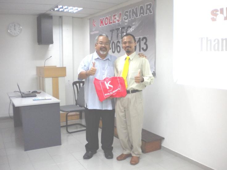 Kolej Sinar, Ahmad Hezri Sardi with Pengarah Kementerian Pelancongan Malaysia Melaka, Datuk Lim Chow Beng