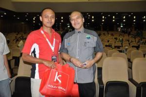 Presenting sourvenir to Founder of Persatuan Pengguna Islam Malaysia (PPIM), Datuk Nazim Johann
