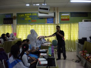 On 09 October, Sinar College had ACCA Talk at SMK Dang Anum, Merlimau. During the question & answer session,  several students received gifts for answering correctly.