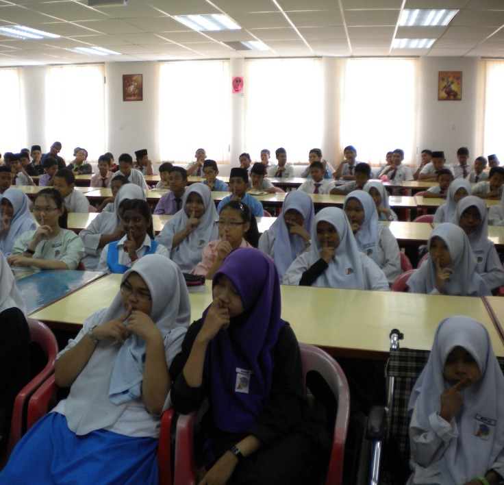 Students of SMK Pernu obediently followed instruction of Sinar College's Alif Asyraf
