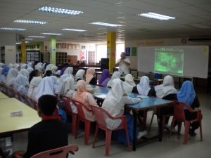 Alif Asyraf explained to students of SMK Pernu
