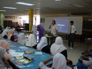 Alif Asyraf asked the students to do role playing at SMK Pernu