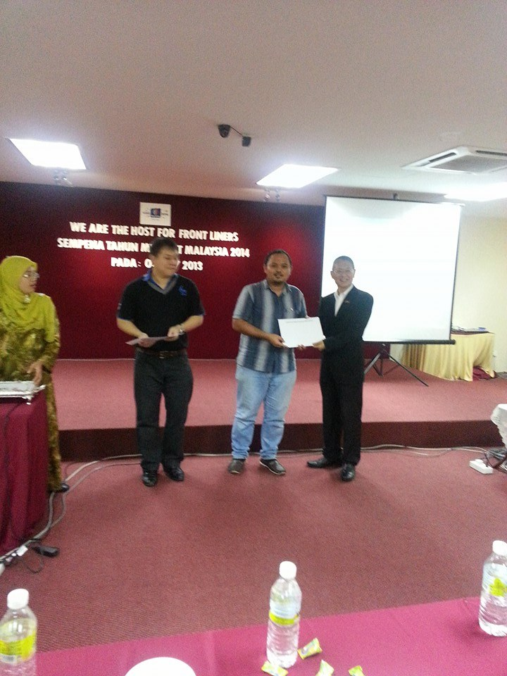 Sinar College representative, Alif Asyraf received certificate from Ministry of Tourism