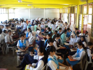Students of SMK Tun Mutahir were paying attention to the talk by Sinar College spokesperson