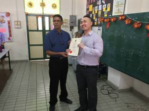 Sinar College's lecturer Nicholas Ee received certificate of appreciation from Guru penolong Kanan 1 (Pentadbiran) Mr Ramachandran A/L Rajan)