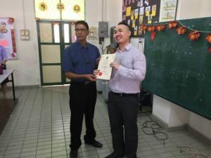 Sinar College's lecturer Nicholas Ee received certificate of appreciation from Guru penolong Kanan 1 (Pentadbiran) Mr Ramachandran A/L Rajan)