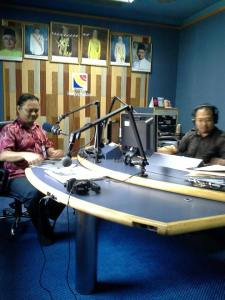Sinar College's lecturer Alif Asyraf was being interviewed by Melaka FM's Deejay